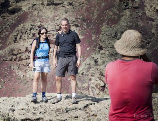 Posando con el cráter del Volcán de la Corona a la espalda. Fotografía de Ramón Pérez Niz.