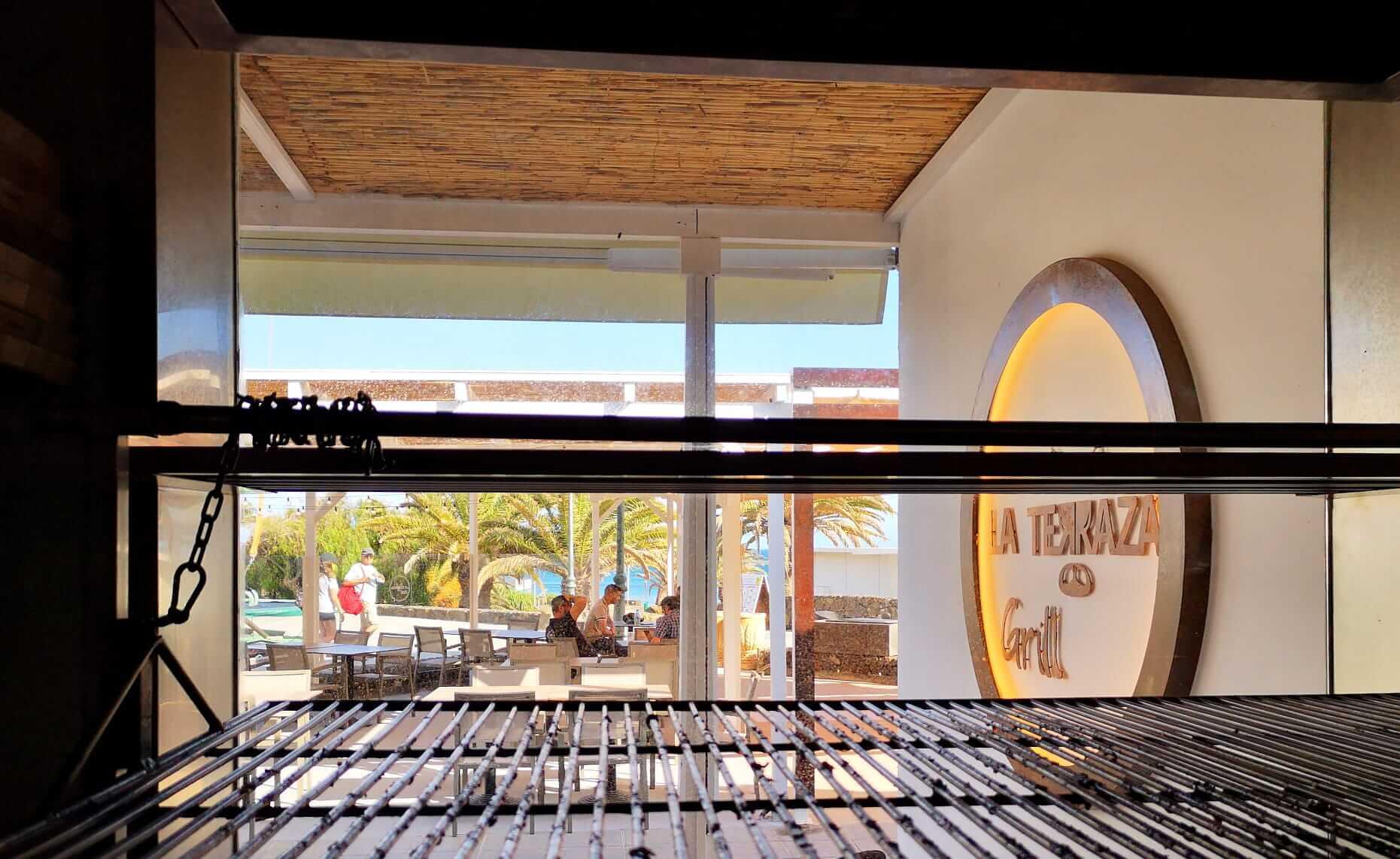 El grill va a ser la esencia de La Terraza Grill de Costa Teguise Dónde Comer en Costa Teguise al lado del mar