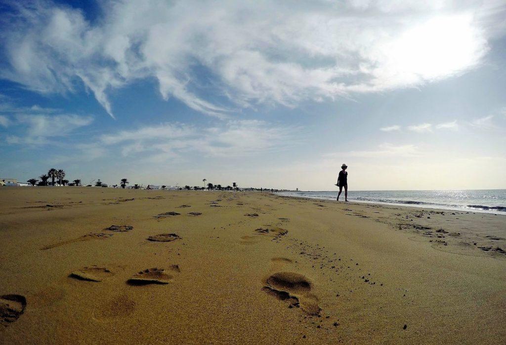 Paseo por la orilla de Playa Guacimeta en Playa Honda Lanzarote Playas de Lanzarote Fotografía Josechu Pérez Niz