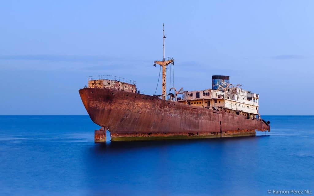 Barco Telamón abandonado en el litoral de Lanzarote Fotografía Ramón Pérez Niz