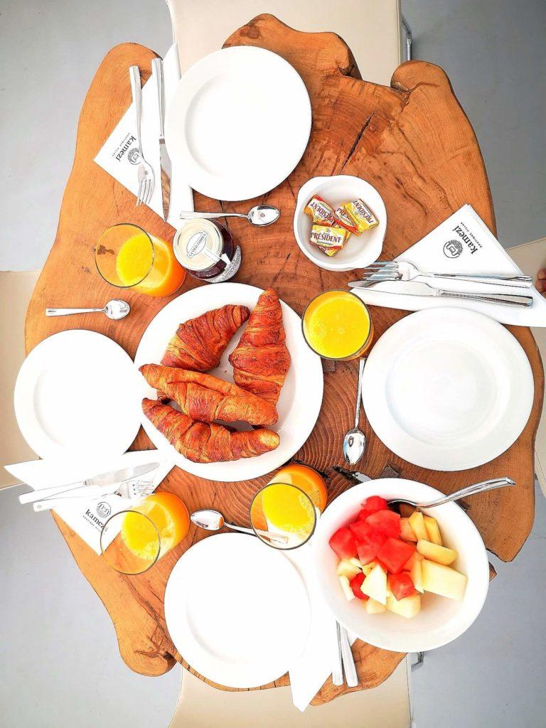 Desayuno personalizado entregado en la propia villa. Lujo de servicio. Fotografía: Josechu Pérez Niz.